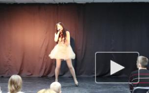 Благотворительный концерт для детей, Красивая девушка танцует