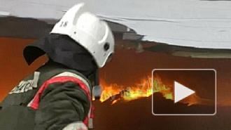 Более ста спасателей тушат пожар в ангаре на Белы Куна