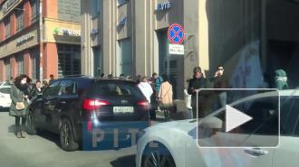 Десятки петербуржцев встали в очереди в филиалы банка ВТБ