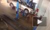 Жуткое видео из Астрахани: в автомастерской машина упала с подъемника на людей