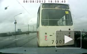 """Обезумевший трамвай со знаком """"!"""" потерял управление на Литейном мосту"""