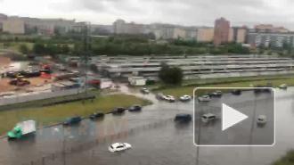 """Машины глохнут в """"океане"""": Петербург снова затопило из-за прошедшего ливня"""