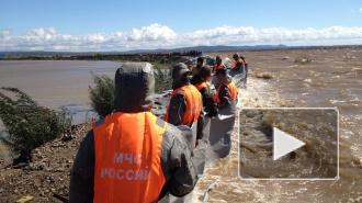 Комсомольск-на-Амуре спасали от наводнения, держа дамбу телами