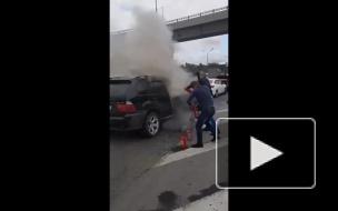 Очевидец снял горящий автомобиль в Москве