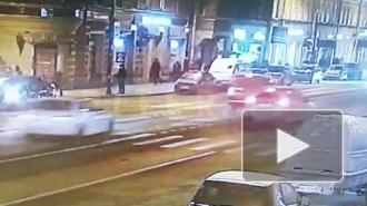 Иномарка въехала в дом на улице Марата