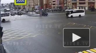 Авария с участием Skoda и маршрутки на перекрёстке Богатырского и Коломяжского проспектов попала на видео