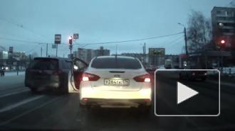 В Челябинске один водитель пытался подрезать другого и выстрелил из пистолета, видео выложили в сеть