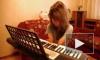 безрукая девочка играет на пианино