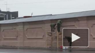Ради ПЭФа. Несмотря на дождь, военные красят стену вблизи Ленэкспо