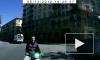 Видео: на Бассейной улице скутерист врезался в легковушку