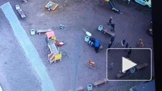 Пожилая петербурженка кулаками разрешила конфликт подростков на детской площадке