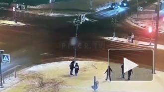 На перекрестке Шаврова и Комендантского иномарка подбила машину и влетела в толпу пешеходов
