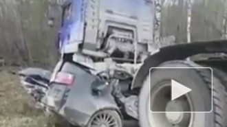 Смертельное видео из ХМАО: грузовик раздавил легковушку с пассажирами