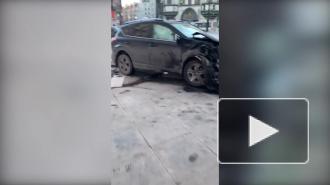 Машина врезалась в фасад дома после столкновения с другим авто на площади Льва Толстого