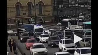 """На Дворцовом мосту водитель белого """"Ларгуса"""" бросился с топором на синий """"Форд"""": видео"""