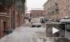Машины на Колокольной улице попали под снежным обстрел