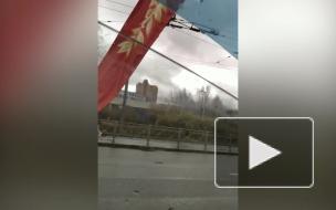 На проспекте Стачек заметили разболтавшиеся украшению ко Дню Победы