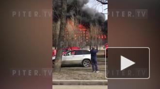 """У """"Невской мануфактуры"""" рухнула кровля при пожаре. Огонь продолжает распространяться"""
