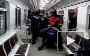 Пока полиция бездействует, пассажиры метро обороняются от грабителей ножами