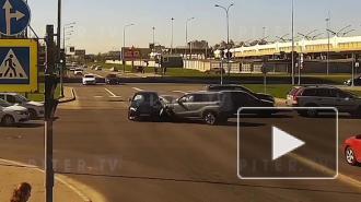 Видео: на перекрестке Планерной и Богатырского столкнулись три авто