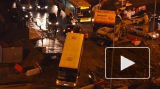 На Приморском проспекте автобус свалился в траншею