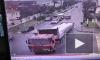 Видео из Геленджика: Из-за отказавших тормозов грузовик чуть не задавил людей и врезался в жилой дом