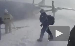 Самолет Ан-12 зацепился за бруствер при посадке на ...