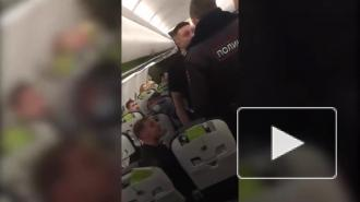 Дебош пьяных пассажиров и драку с полицейскими на борту самолета сняли на видео