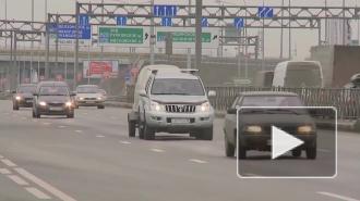 """На Пулковском шоссе столкнулись грузовик """"Ивеко"""" и легковушка"""