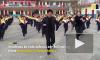 Директор школы энергично танцует вместе с детьми