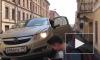 Видео: в Фонарном переулке машину эвакуировали вместе с водителем