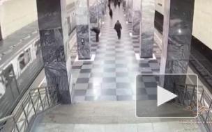В московском метро мужчина столкнул пассажира на рельсы