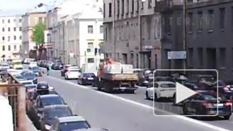 В центре Петербурга легковушка сбила девушку на самокате