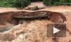 Видео: в Камбодже во время наводнения под мотоциклистами обвалился мост