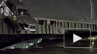 Автомобиль перепрыгнул разведенный Биржевой мост