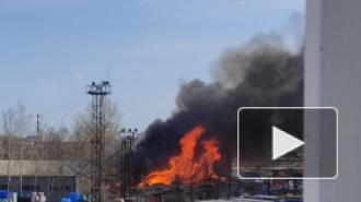 Спасатели тушат пожар в Химическом переулке по повышенному уровню сложности