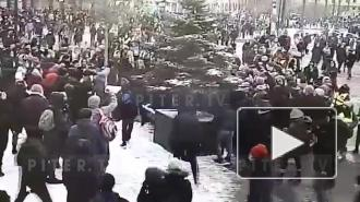 Камера видеонаблюдения засняла столкновение протестующих с полицией на Сенной площади
