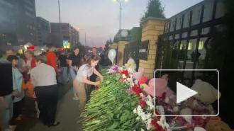 Жители Казани несут цветы к школе, где произошла стрельба