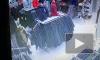 Видео: петербурженка украла из ТРК куртку: ни охранники, ни сигнализация не уберегли магазин