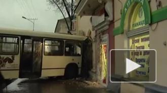 В Москве рейсовый автобус врезался в дом: четверо пострадавших