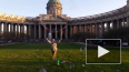 На газоне в Казанском сквере шоу мыльных пузырей: ...