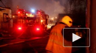 В Петербурге сгорел шиномонтаж на Бассейной