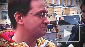 В Петербурге геи приветствовали Мединского радужным флагом