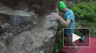 Мастер своего дела: скалолаз качает пальцы