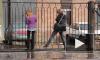 Потоп на Аптекарской набережной заставил пешеходов лезть на ограду