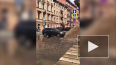 На улице Восстания очередной фонтан – столб воды достига...