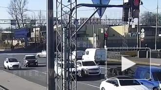 Мотоциклист потерял управление и попал в ДТП на перекрестке Глухоозерского шоссе и Обводного канала