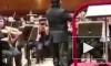 У всемирноизвестного китайского дирижера упали штаны на концерте