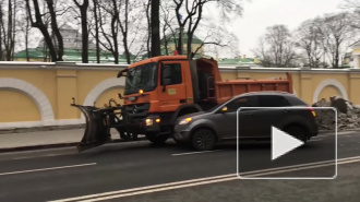 В Петербурге кроссовер врезался в уборочную технику