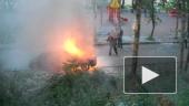 Во дворе на Науки горит машина